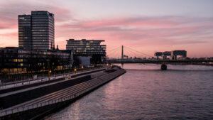 Kunst Fotografie Köln Rhein und Kranhäuser
