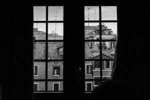 SW Schwarzweiß schwarz weiß Kunst Fotografie Venedig Künstler Mädchen Fenster