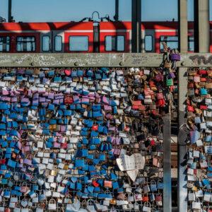 Kunst Köln Hohenzollernbrücke Schlösser und Zug